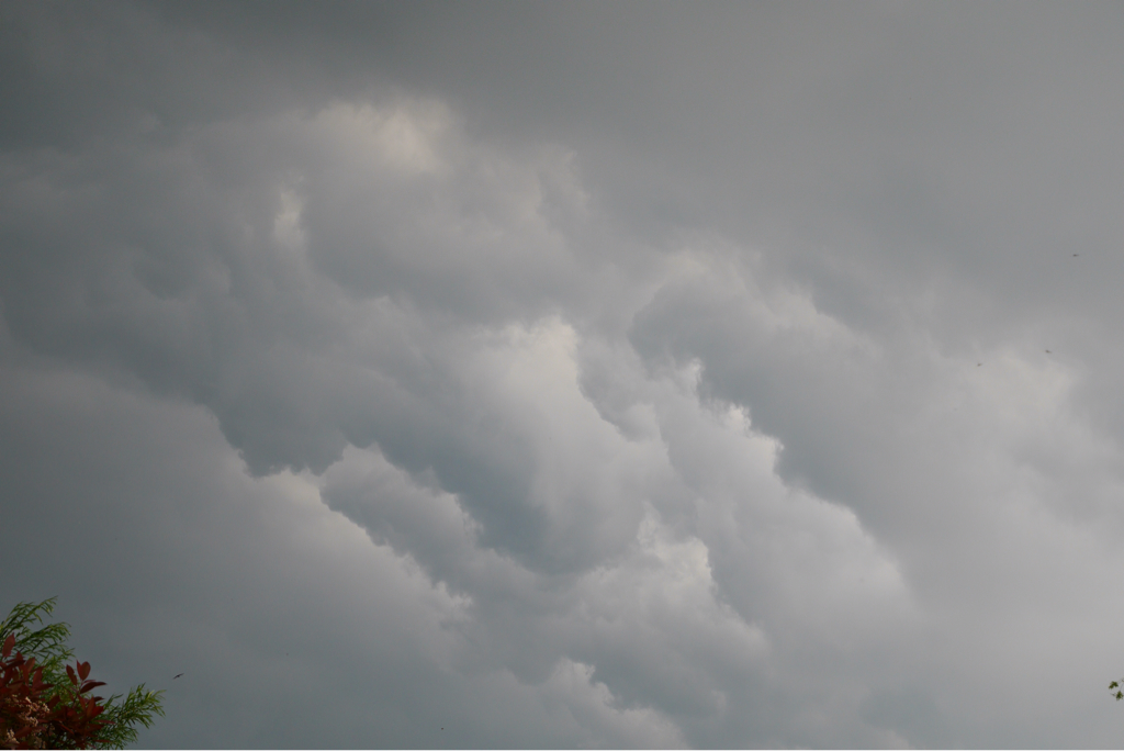 dreigende donderwolken boven utrecht