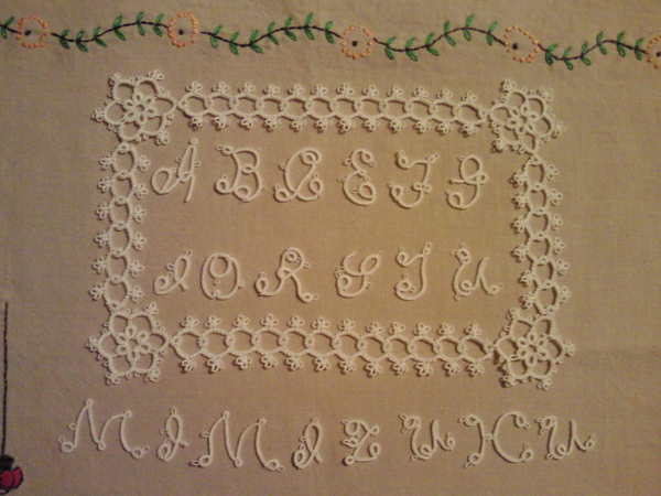 tatting initial motif