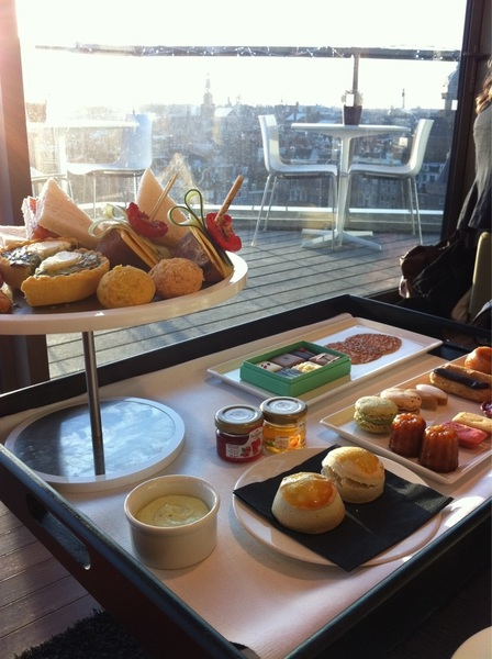 Aan de high tea in de Sky Lounge @MintHotelAdam #love020 #nomnomnom