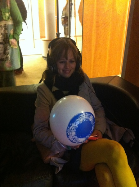 .@janaflohr zit in haar eigen wereld (met ballon) #museumnacht